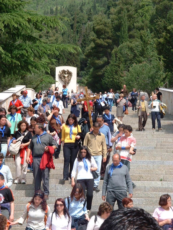 Dopo Aver Visitato Le Stazioni Bronzee I Fedeli Discendono Dal Monte Castellano
