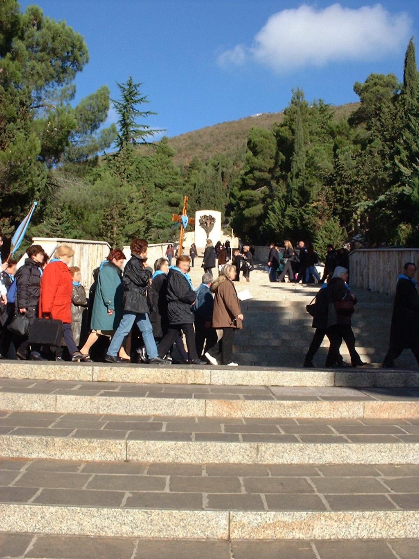 Fedeli Recitano La Via Crucis Lungo Il Percorso Della Via Crucis Monumentale