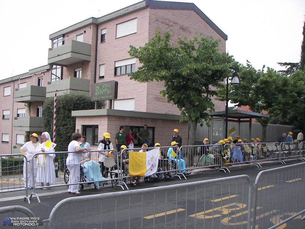 Casa Di Riposo P. Pio - Ospiti In Attesa Del Passaggio Del Papa.