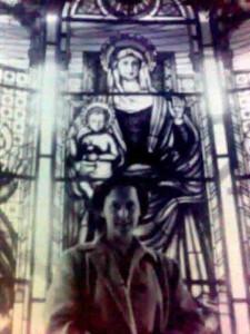 Barbara Ward accanto a una vetrata della chiesetta interna alla Casa Sollievo della Sofferenza.