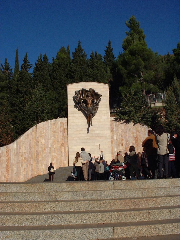 Fedeli Alla Fine Della Via Crucis Monumentale Sul Monte Castellano