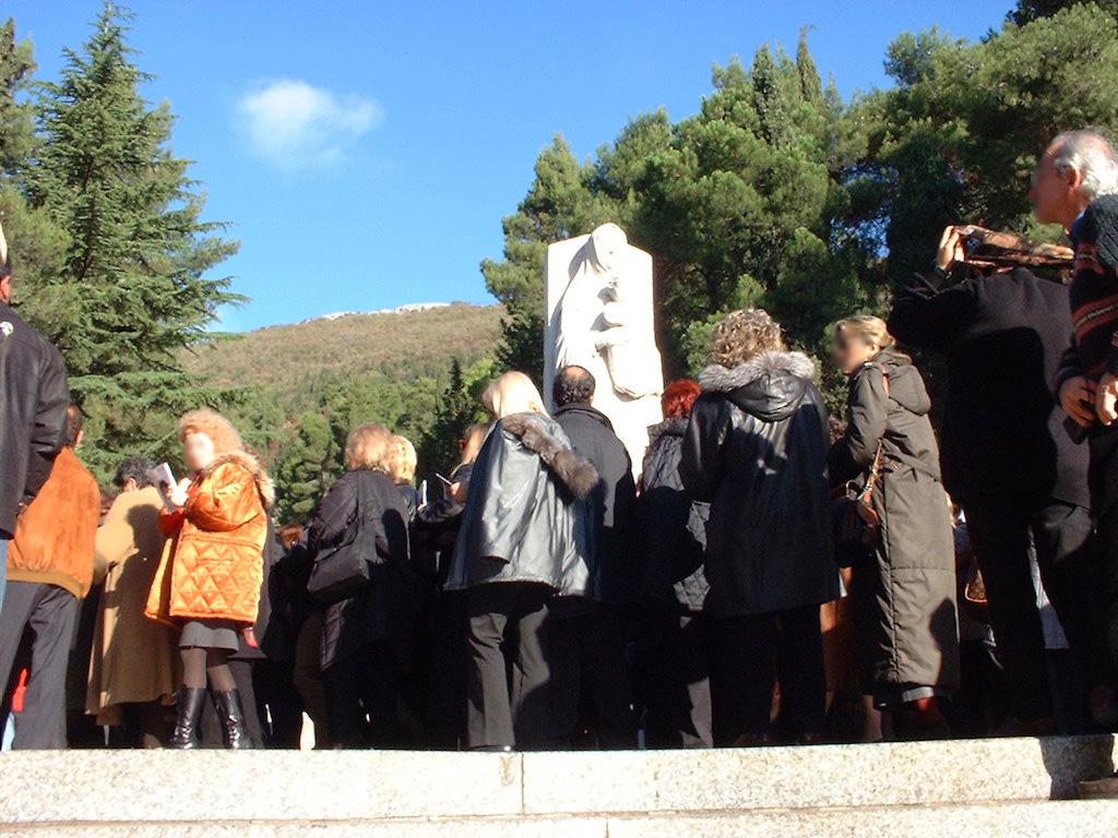 Fedeli Affollano Il Percorso Della Via Crucis Monumentale Di Francesco Messina