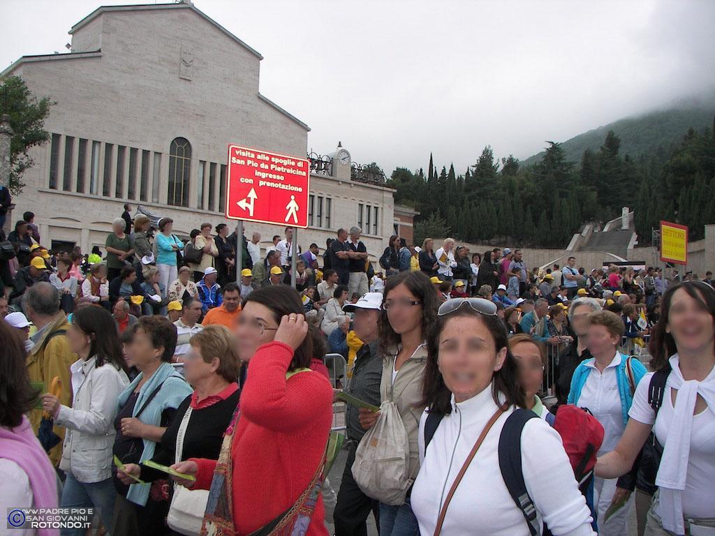 Fedeli In Attesa Dell'arrivo Del Papa