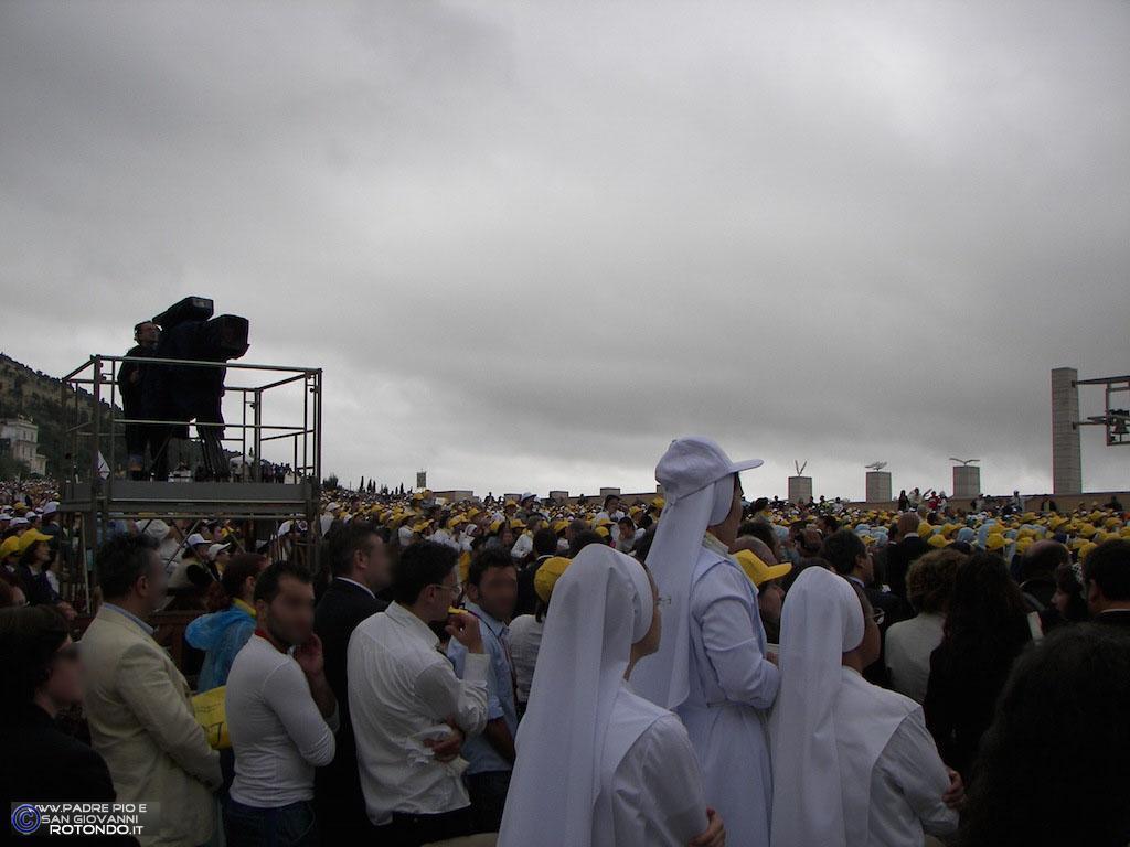 Sagrato Della Chiesa Di S. Pio - Si Attende L'arrivo Del Papa