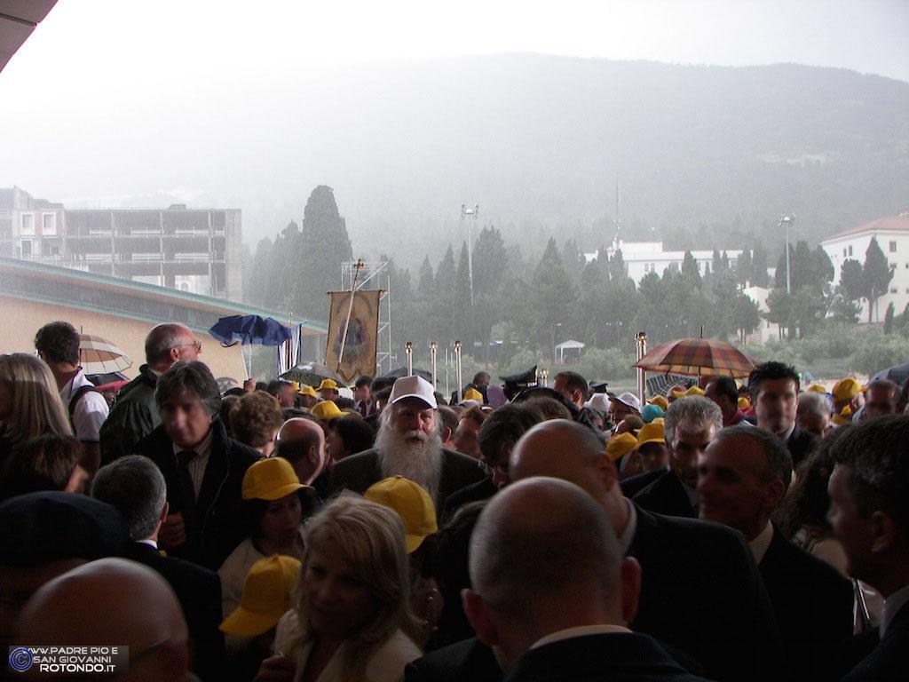 Temporale Alla Fine Della Celebrazione: Fedeli Sl Riparo Sotto Il Tetto Della Chiesa Di S. Pio Da Pietrelcina